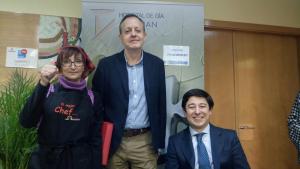 Alberto Reyero y el Sr Fanjul se quisieron hacer una foto con Conchi Fernández (colaboradora del proyecto labarandilla.org) que elaboro el catering de esta presentación